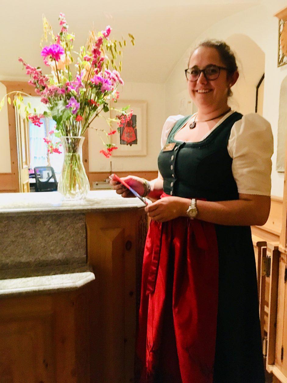 Eine freundliche Rezeptionistin im Hotel Steinbock ist Geraldine Zweifel, Foto: Weirauch