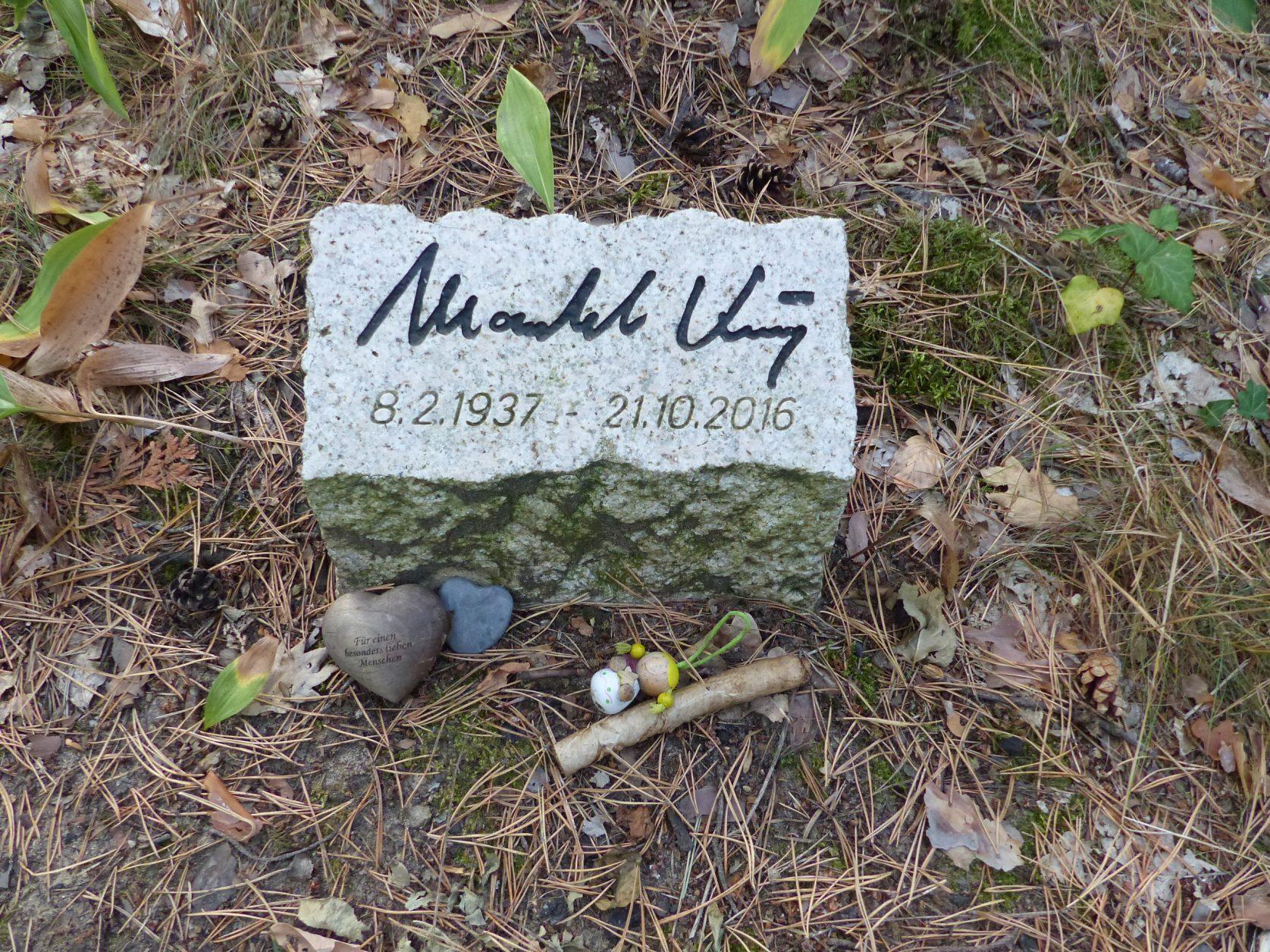 Unbter einem Baum fand Manfred Krug Ruhe Foto: Weirauch