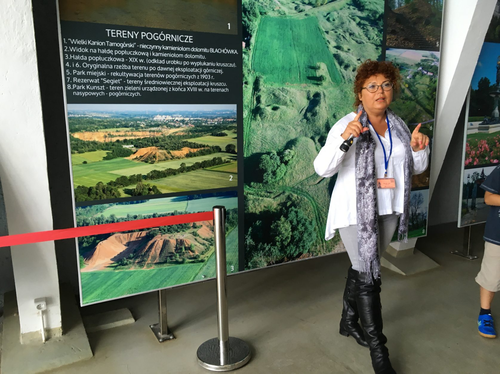 die Führerin begleitet die Gäste auch in das Bergwerk, sie spricht deutsch, Foto: Weirauch