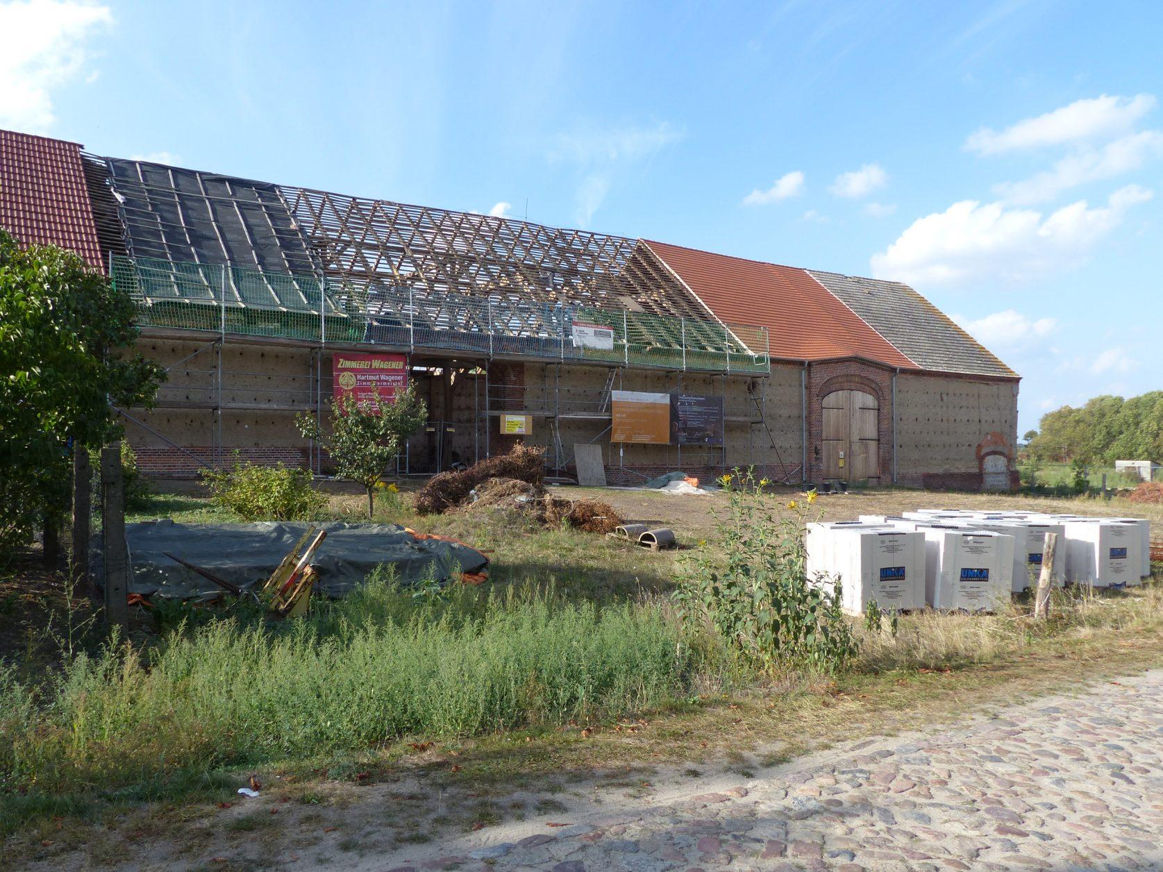 Blick auf einen Teil der Gutscheune von Ribbeck, das künftige Festspielhaus, Foto: Weirauch