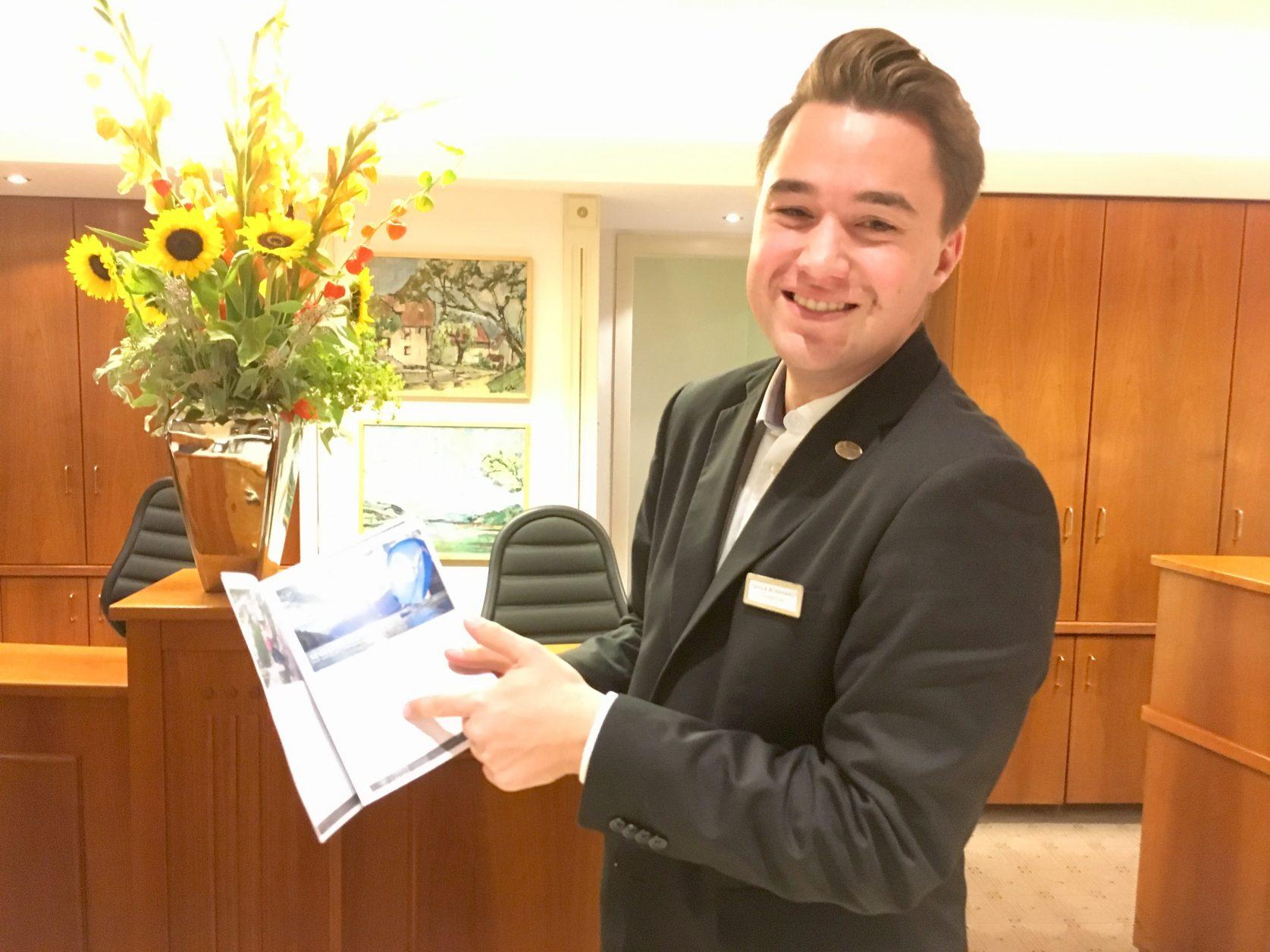 Yannick Booshardt empfängt die Gäste und gibt Tipps für den Aufenthalt, Foto: Weirauch