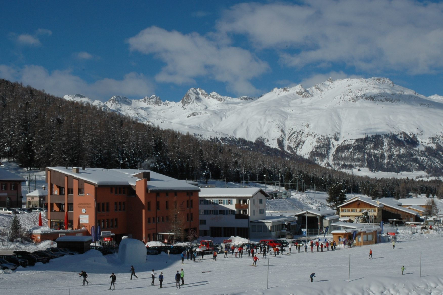Blick vor beeindruckender Kulisse auf die Jugendherberge Pontresina im Winter, Foto: Jugendherberge Pontresina