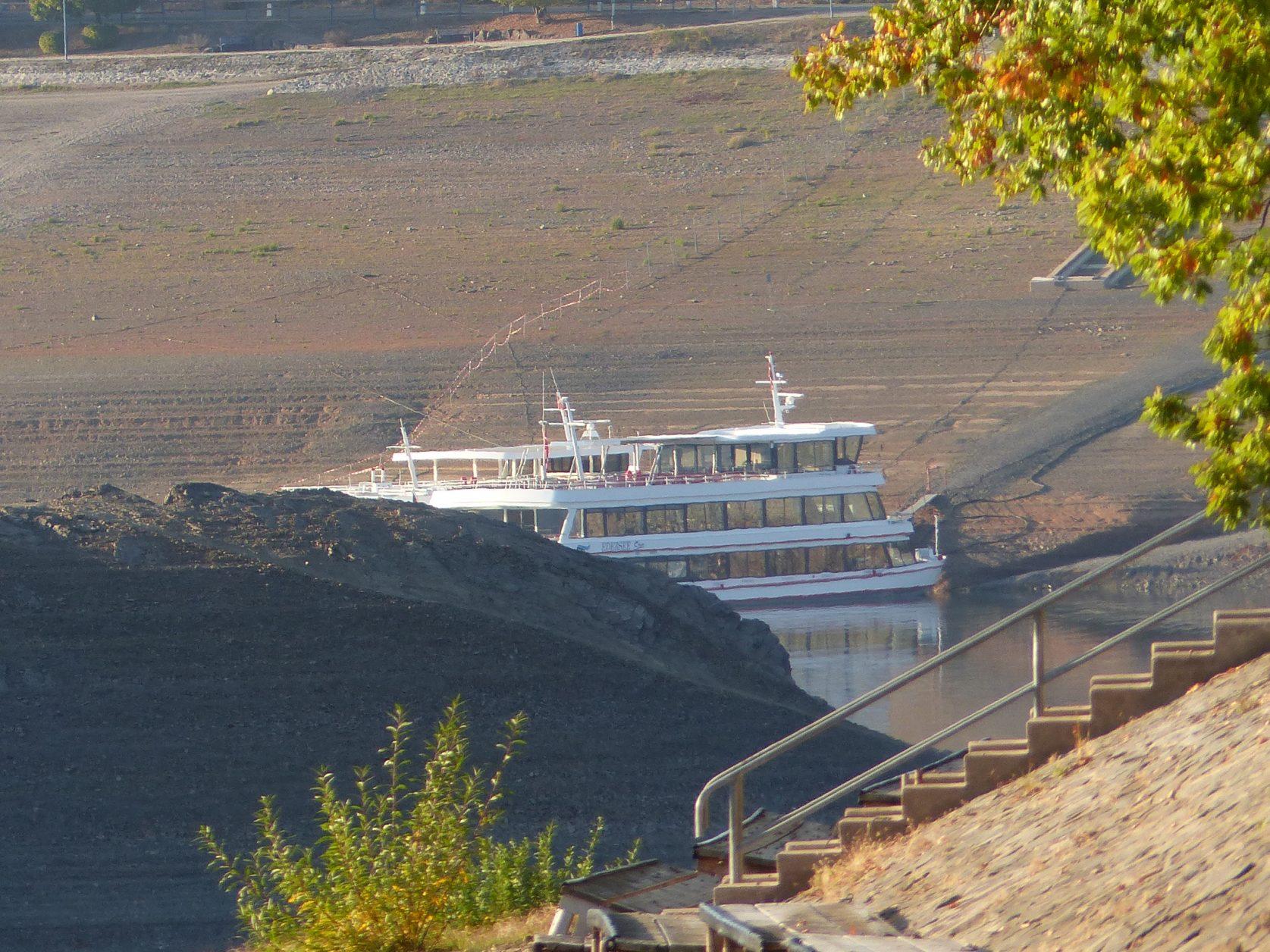 Blick auf ein Fahrgastschiff im Edersee, Foto: Weirauch