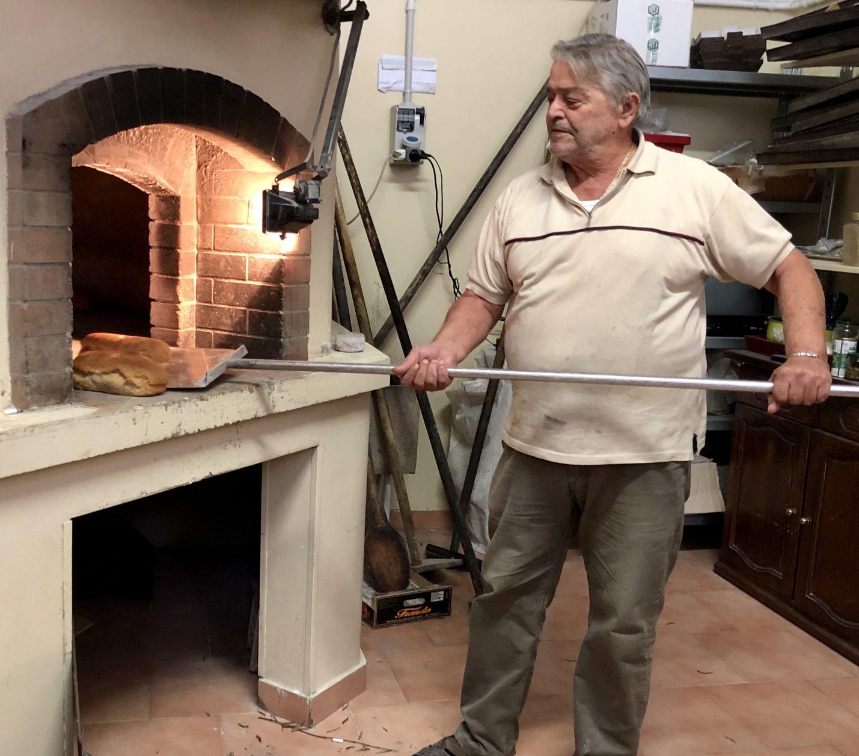 Heizt den Ofen mit getrocknetem Olivenreissig: Marco Imbriani von Panifico Biscottificio