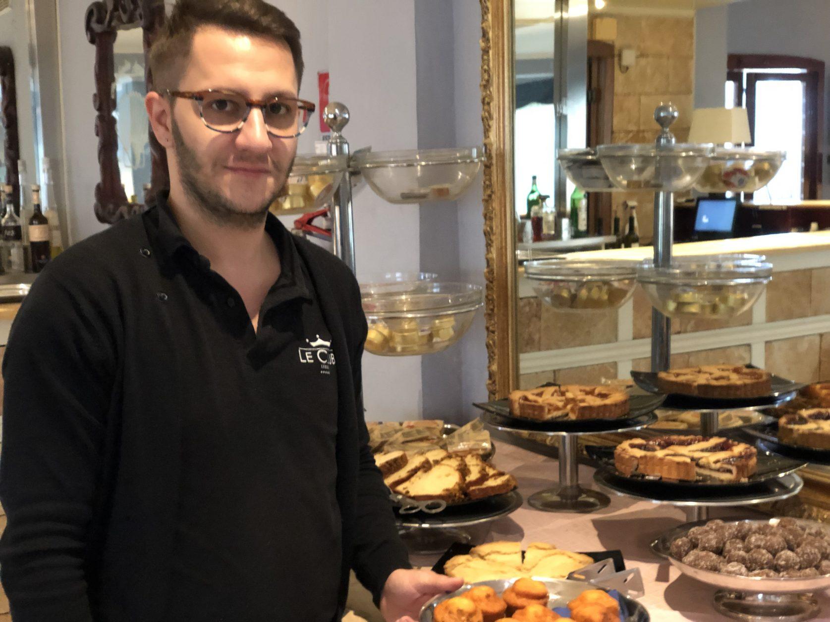 Hotelmanager Carmine Bisconti kann auch deutsch, er hilft wo er kann