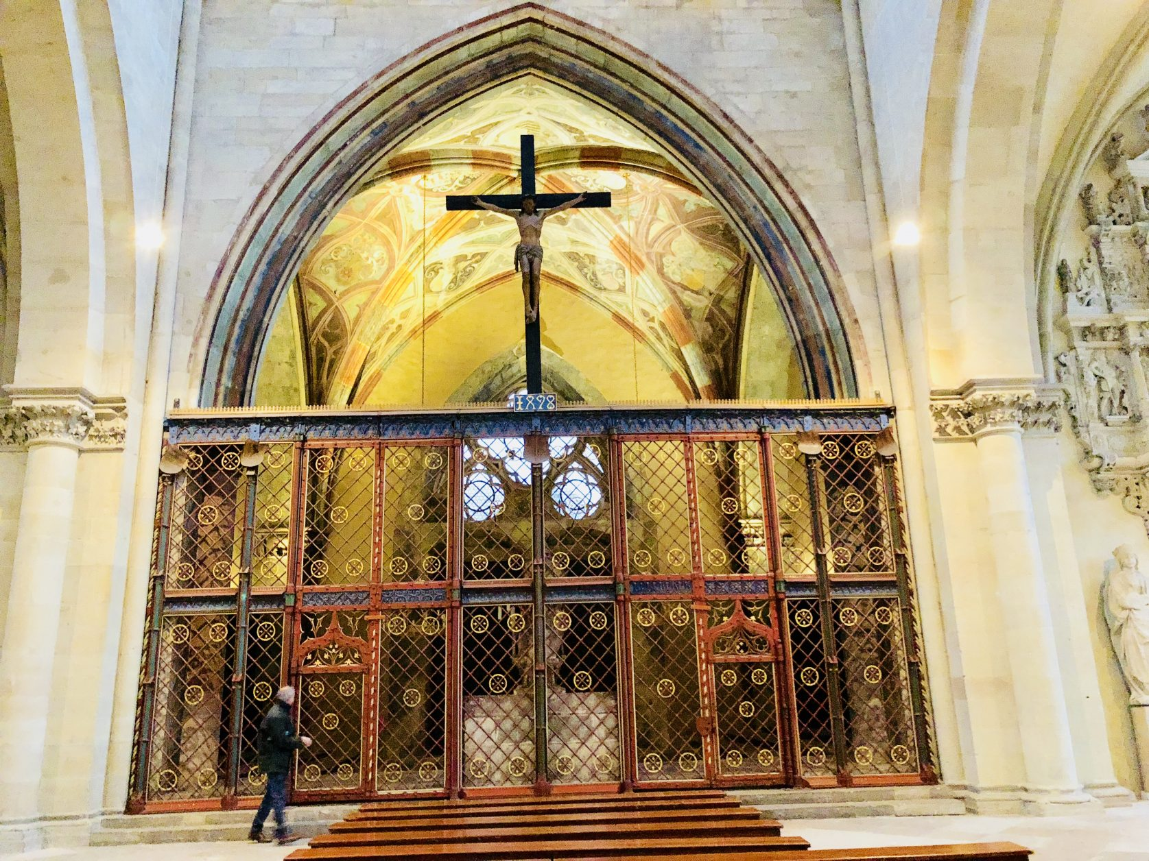 Die Ernstkapelle zwischen den Türmen des Magdeburger Domes ist mit einem 1498 kunstvoll geschmiedeten Gitter abgetrennt, Foto: Weirauch