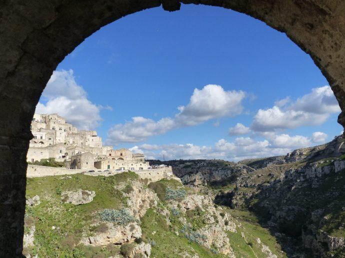 Blick auf die Höhlenwohnungen und die Schlucht von Matera, Foto: Weirauch