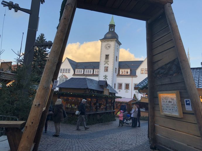 Eingang zum Freiberger Weihnachtsmarkt, im Hintergrund das Rathaus