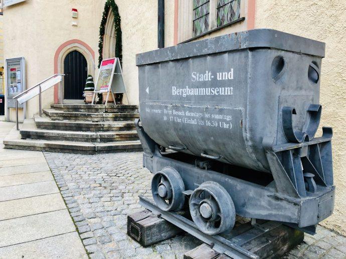 Vor dem Stadt- und Bergbaumuseum Freiberg erinnert ein Hunt an die Zeit des Bergbaus