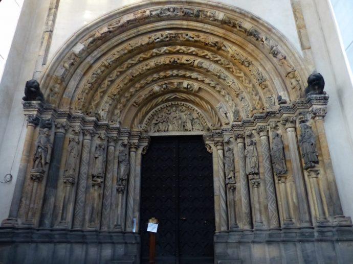 Die um 1230 entstandene Goldene Pforte prunkt mit reichem Skulpturenschmuck.