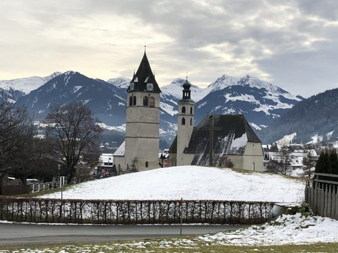 """Links der Turm der Liebfrauenkirche (14. Jhdt.), rechts die Pfarrkirche """"Zum Heiligen Andreas"""""""