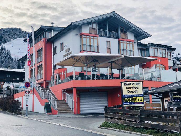 Gegenüber des Bahnhofes liegt das Sporthotel Schweizerhof