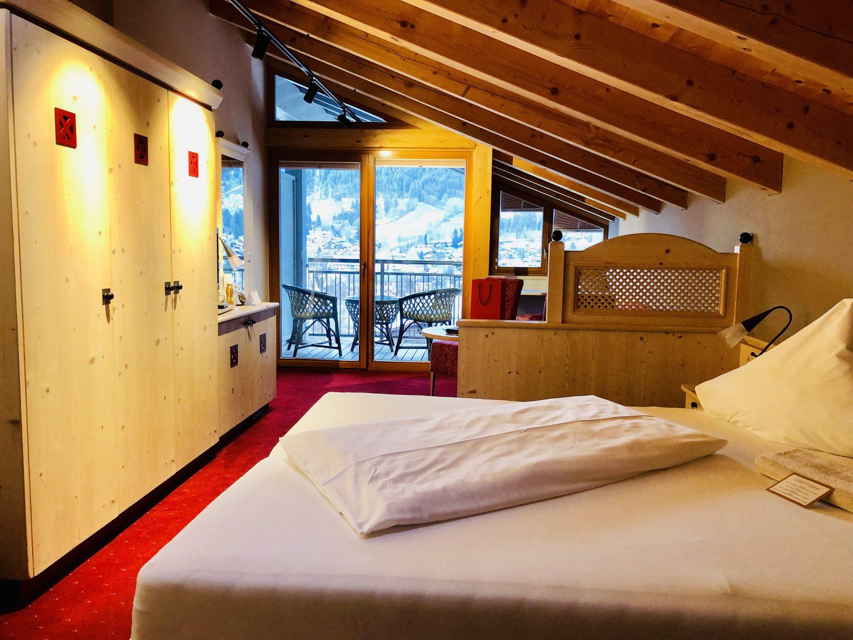 Blick in ein Zimmer des Sport- und Boutiquehotel Schweizerhof