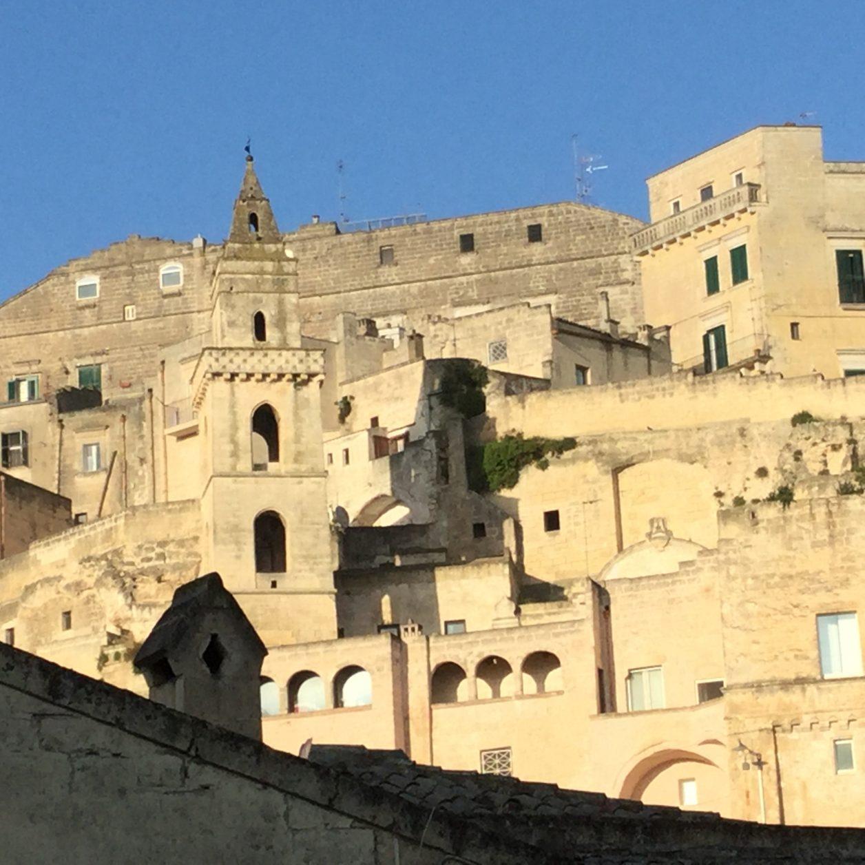 Bekannt ist Matera für seine Altstadt, die zu einem erheblichen Teil aus Höhlensiedlungen, den Sassi, besteht.
