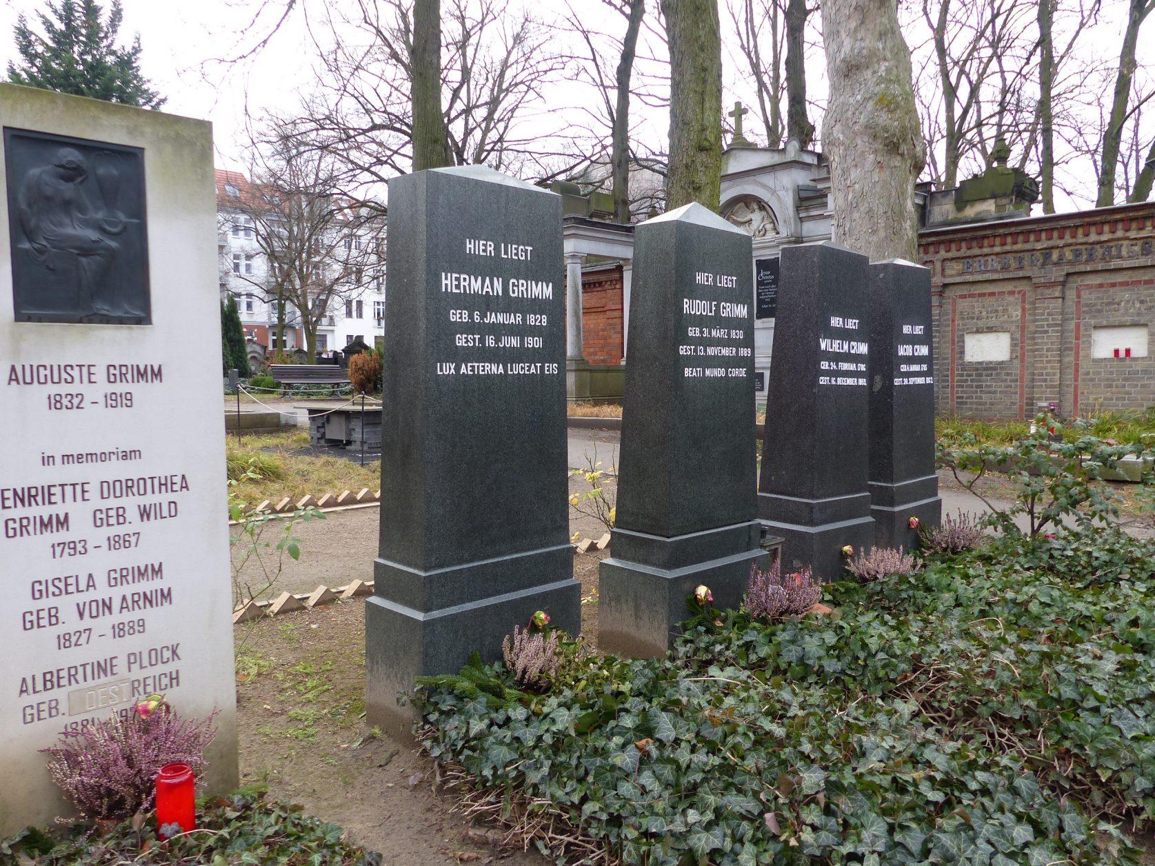Gräber für Auguste Grimm, Jacob und Wilhelm Grimm sowie deren Söhne