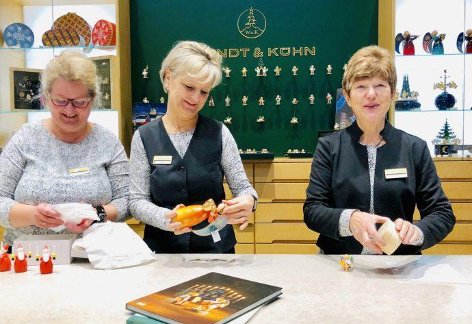In der Seiffener Wendt & Kühn Figurenwelt werden die Kunden kompetent beraten, Foto: Weirauch