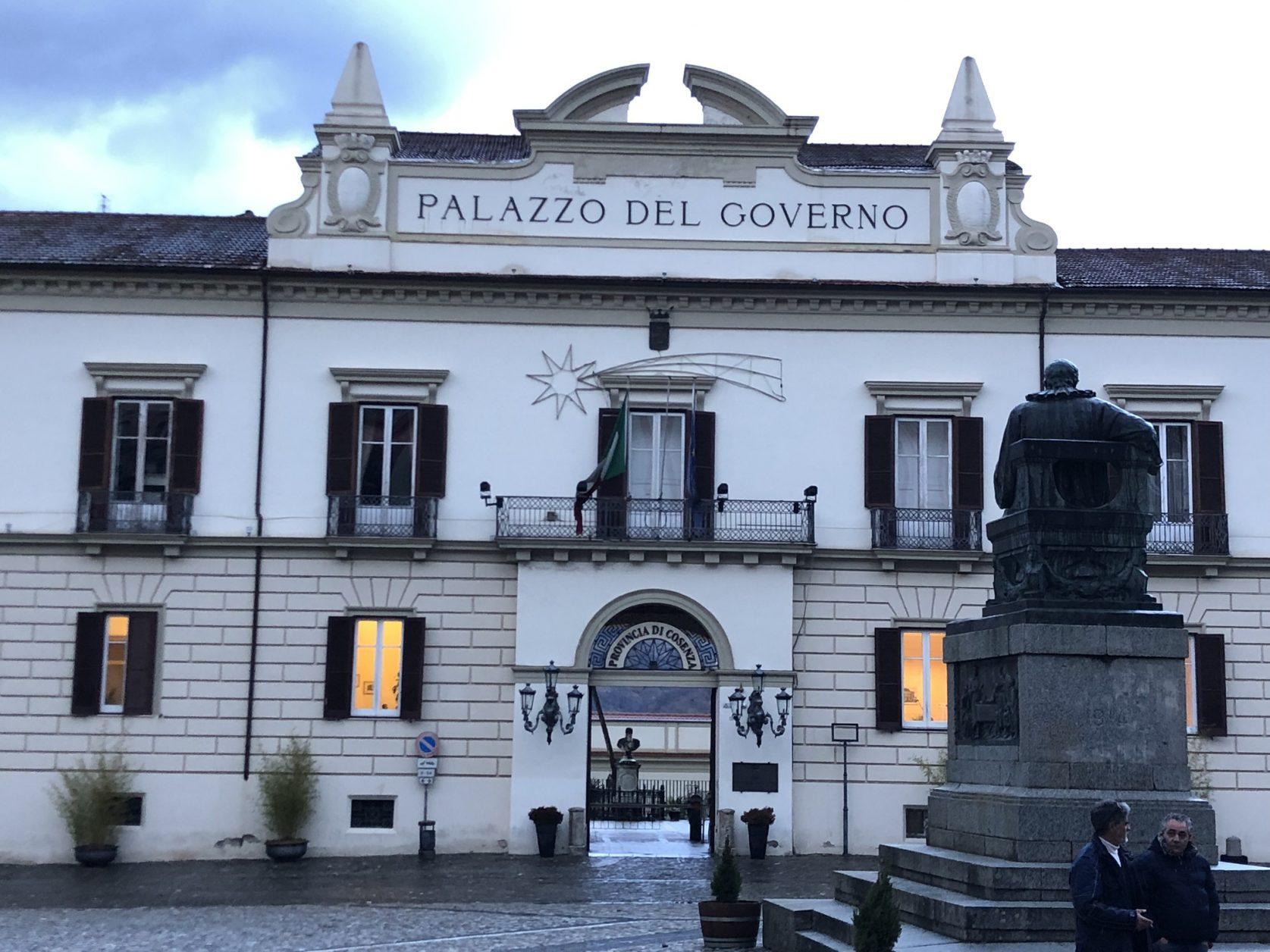 Gegenüber vom Theater befindet sich der Sitz des Gouverneurs