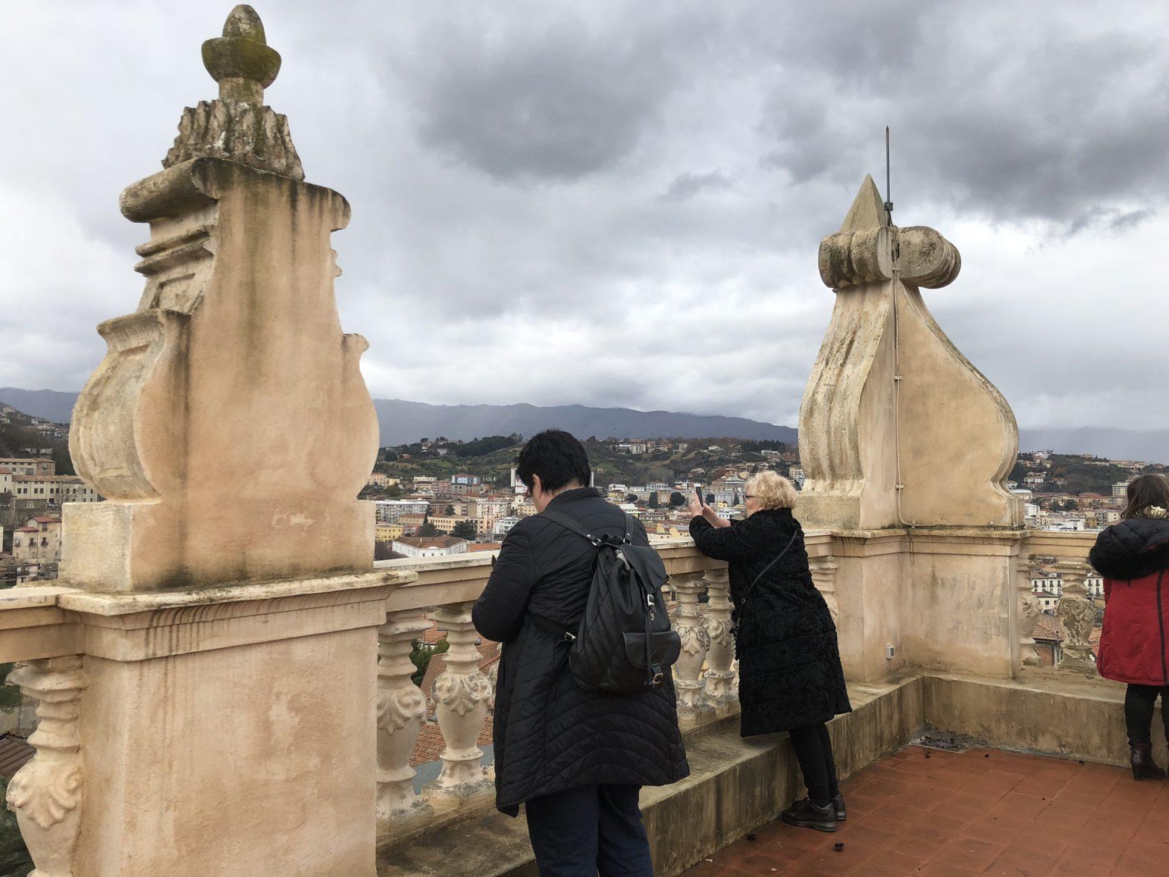 Von der Terrasse der Villa Rendano blickt man weit ins Land