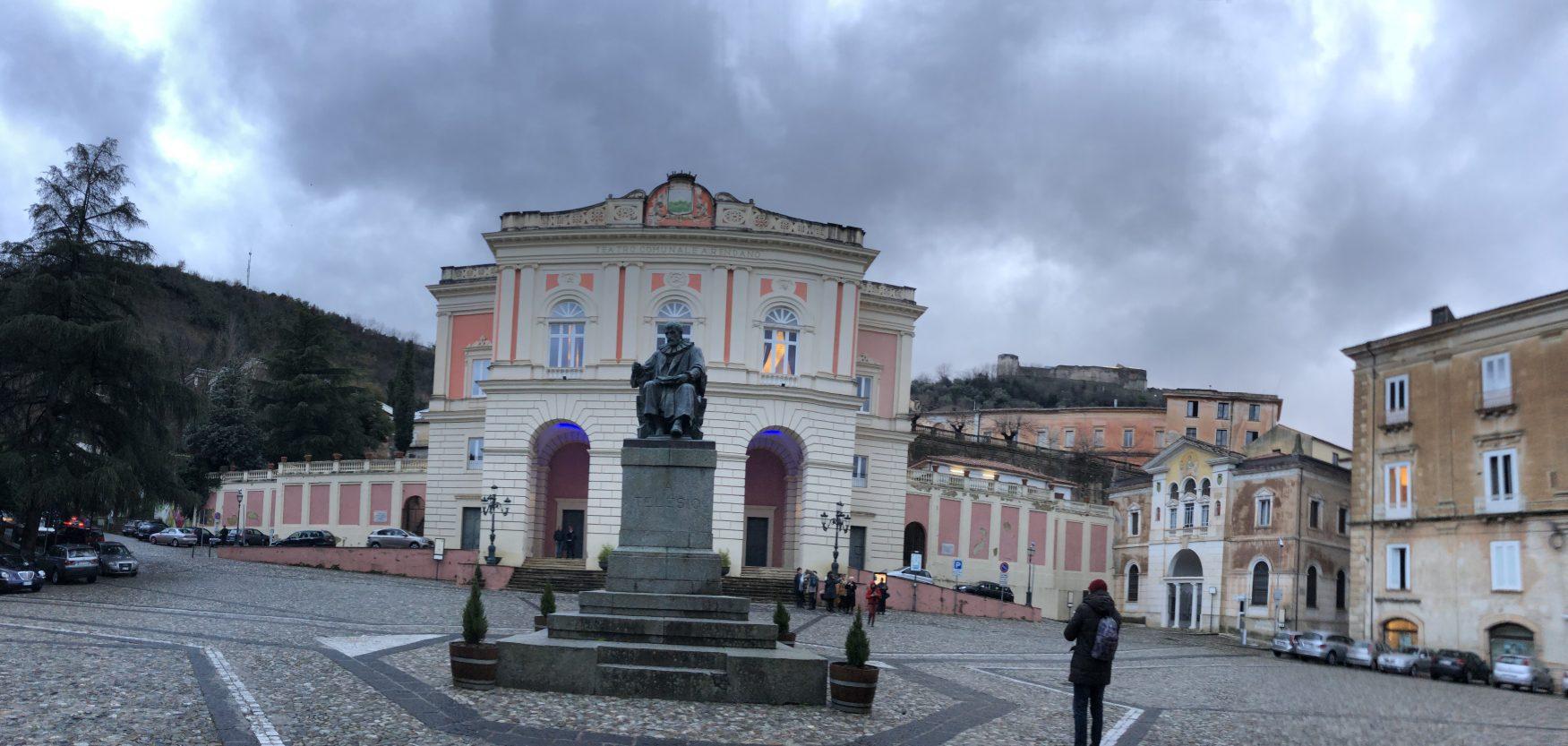 Vor dem Theater erinnert ein Denkmal an Bernardino Telesio, den Philosoph und Naturforscher.