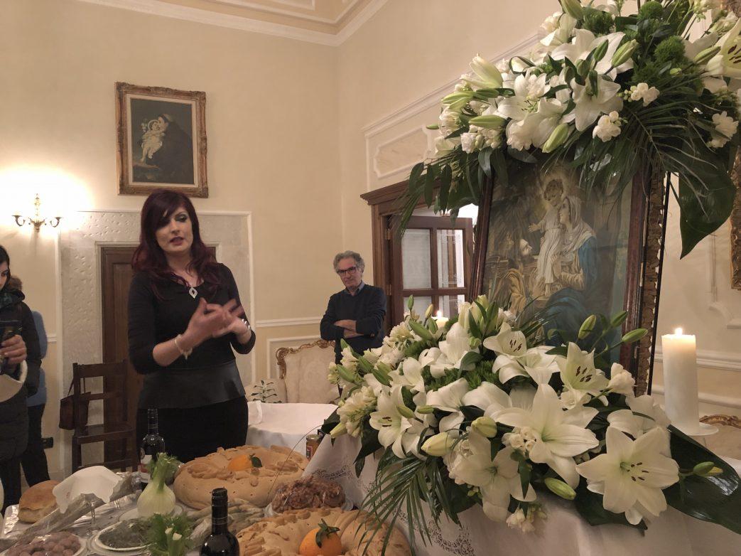 Gabriella erklärt den Gästen ihren gedeckten Tisch.