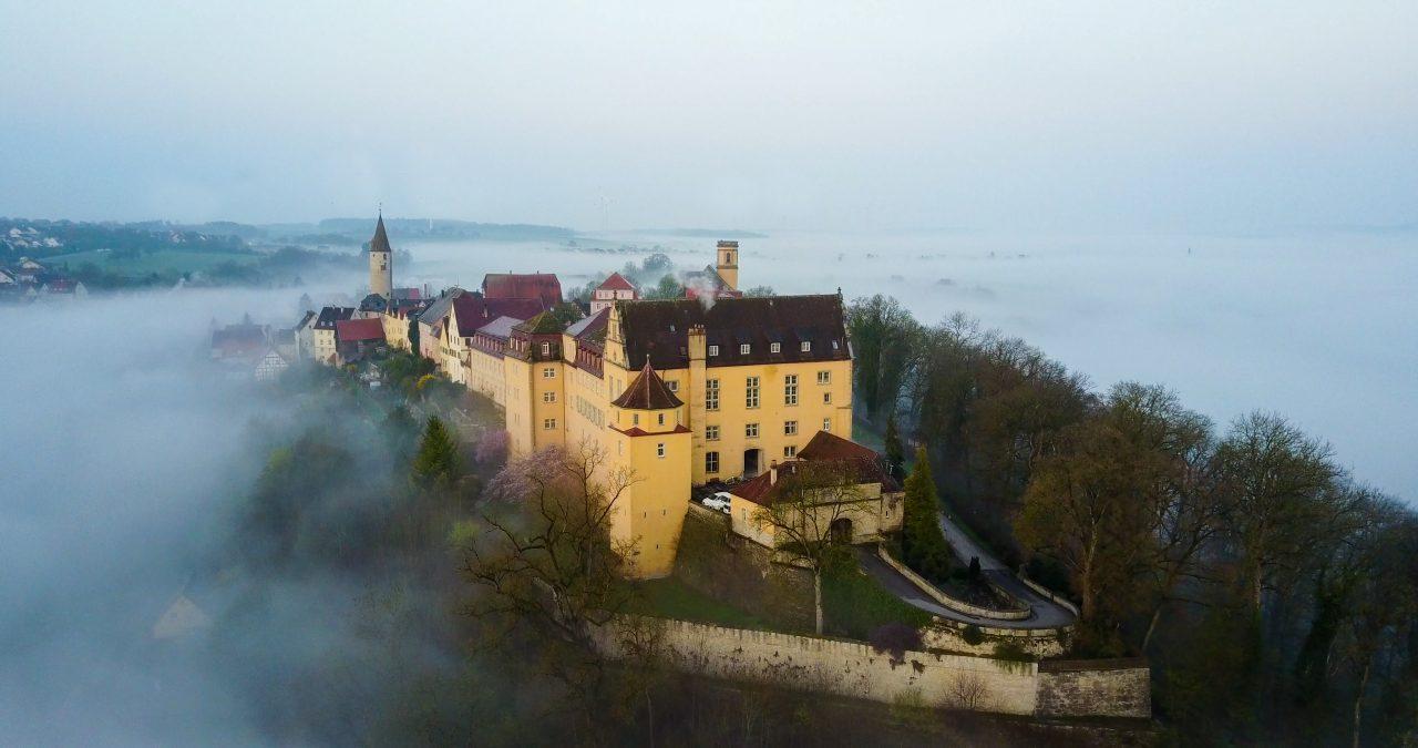 Kirchberg-Jagst_Ort-und-Schloss-im-Nebel Burgenstraße - Foto Sohl Media