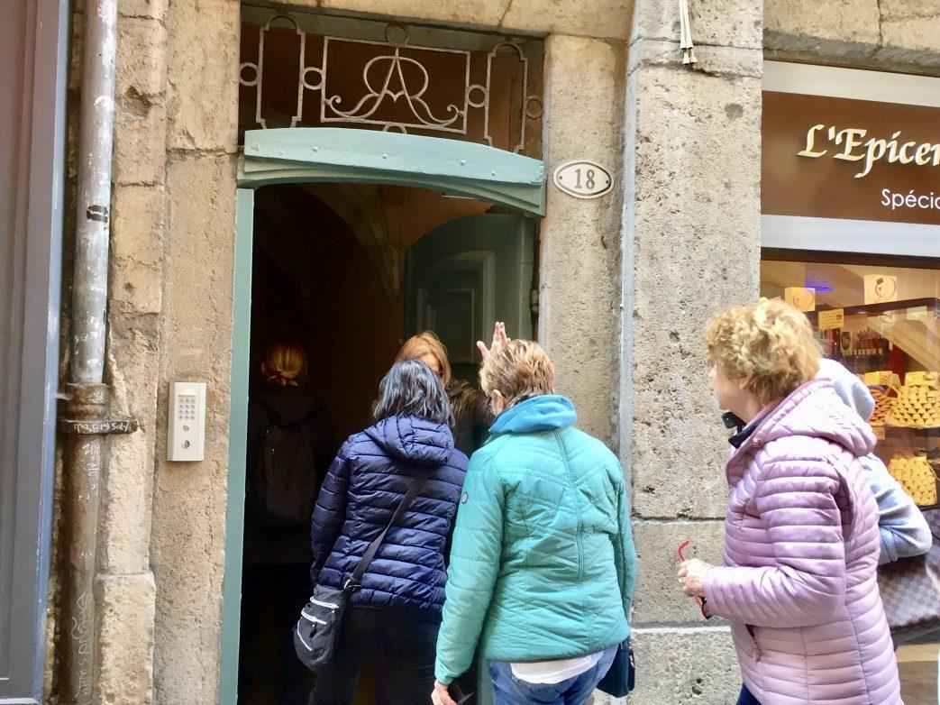 Eine Gruppe besichtigt die Troubeles von Lyon