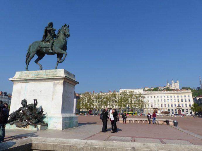 """""""Am Pferd"""" auf dem Place Bellecour"""