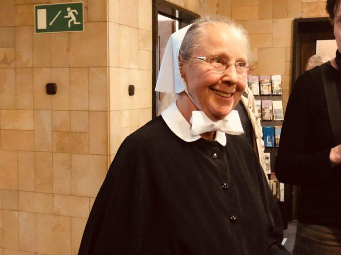 Alt-Oberin Anita Rost führt kundig durch das Mutterhaus, Foto: Weirauch