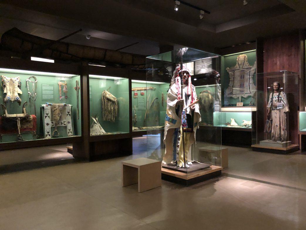 Blick in die Villa Bärenfet mit Kostümfiguren