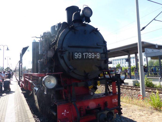 Dampft nahe des Karl-May-Musuems vorbei: Schmalspurbahn Lössnitzdackel von Radebeul nach Radeburg (Zilles Geburtsort) Foto: Weirauch