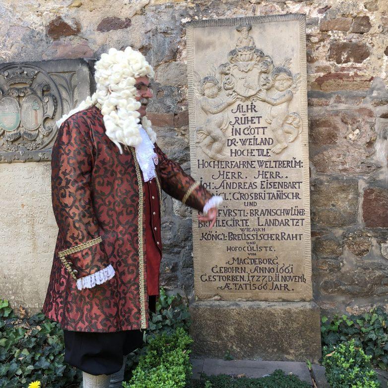 Stadtführer am Grab des Doktor Eisenbart