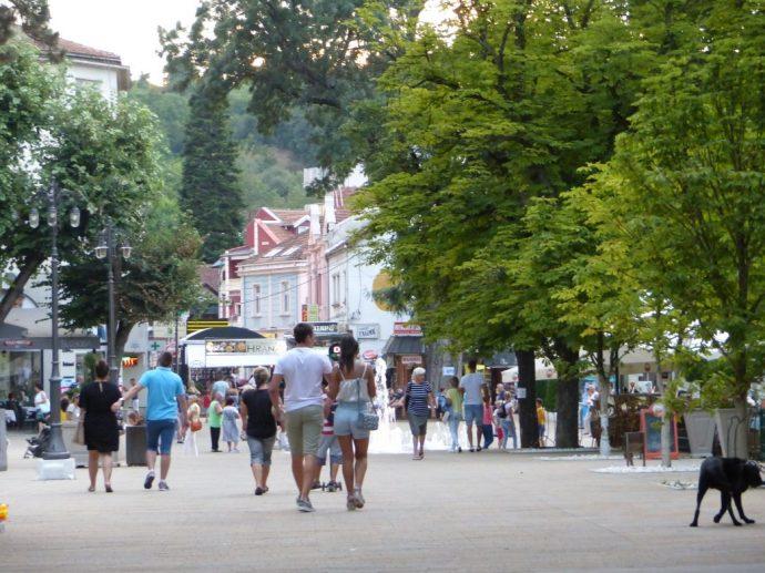 Lebendig geht es auf der Promenade von Vrnjacka Banja zu
