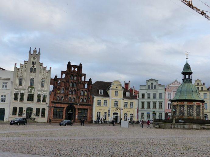 Leider im Regen: der Markplatz von Wismar