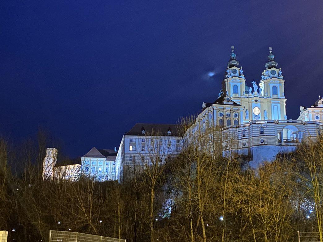 Blick zurück auf das erleuchtete Stift Melk in der Wachau Foto: Weirauch
