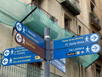 Gut ausgeschildert sind die Sehenswürdigkeiten in Barcelona, Foto: Weirauch