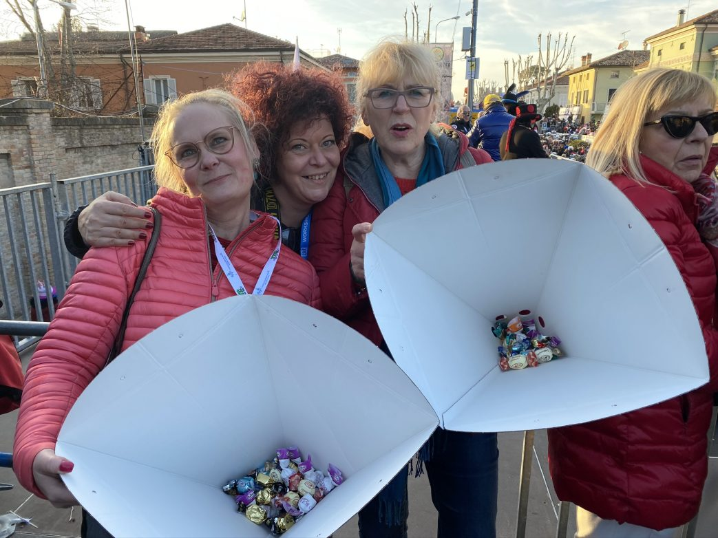 Die Ausbeute an Süßigkeiten zaubert Lächeln in die Gesicher der drei Damen