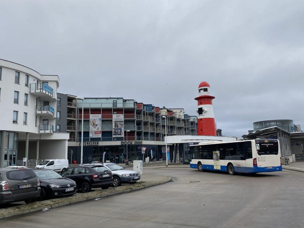Von Warnemünde Werft fährt der Schienenersatzverkehr bis Warnemünde Bahnhof Foto: Weirauch