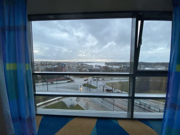 Vom Premiumzimmer hat man einen Blick auf Kreuzung und Stadthafen Foto: Weirauch