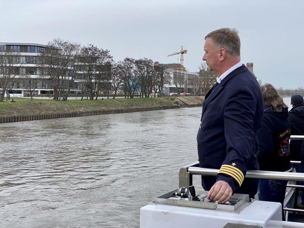 Kapitän Peter Grunewald am Außensteuerstand Foto: Weirauch
