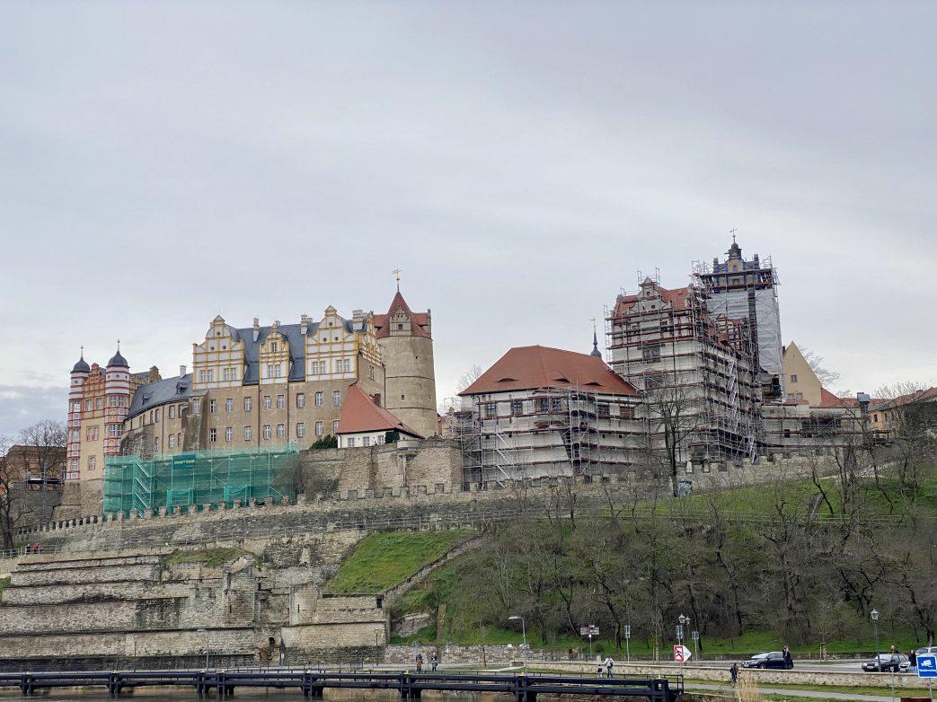 Majestätisch ragt Schloss Bernburg hoch über der Saale Foto: Weirauch