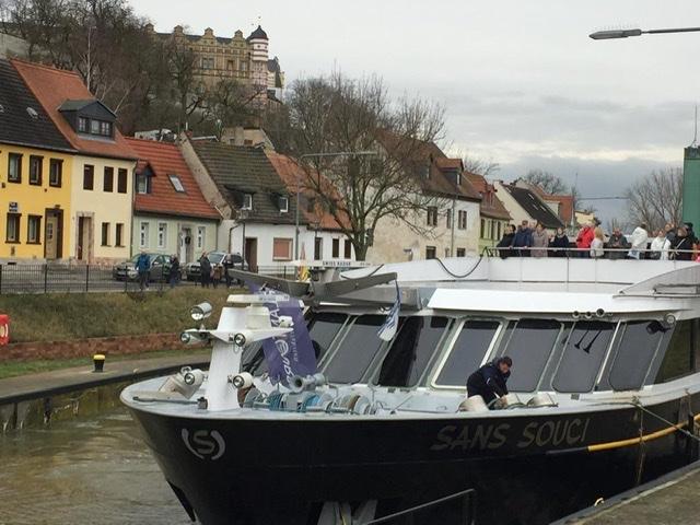 Bootsmann Alex vertäut das Schiff in der Schleuse Bernburg Foto: Weirauch