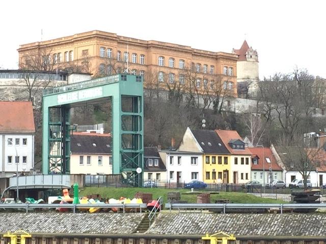 Blick auf Orangerie, Gymnasium und den Eulenspiegelturm von Bernburg Foto:Weirauch