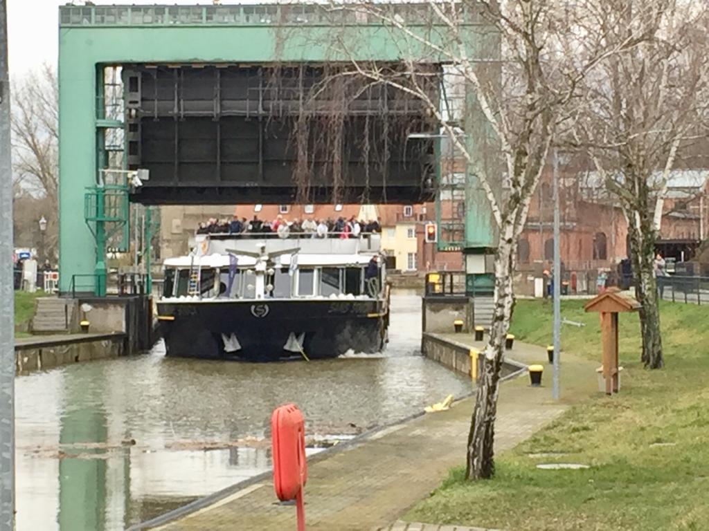 MS San Souci verlässt die Schleuse Bernburg Foto: Weirauch