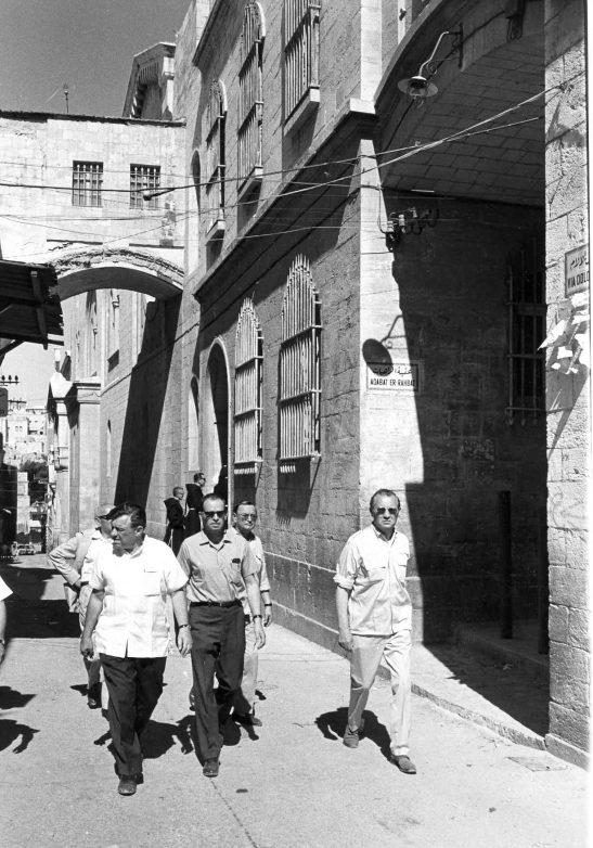 Ernst Cramer und Axel Springer in der Altstadt von Jerusalem Foto: Unternehmensarchiv Axel Springer
