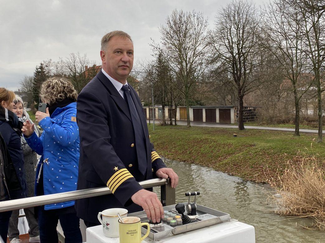 Volle Konzentration: Kapitän Grunewald am Außensteuerstand Foto: Weirauch