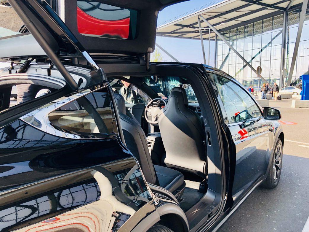 Schick sieht der Tesla aus Foto: Weirauch