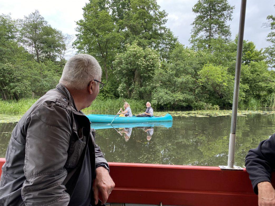 Lautlos gleitet das Kanu vorüber