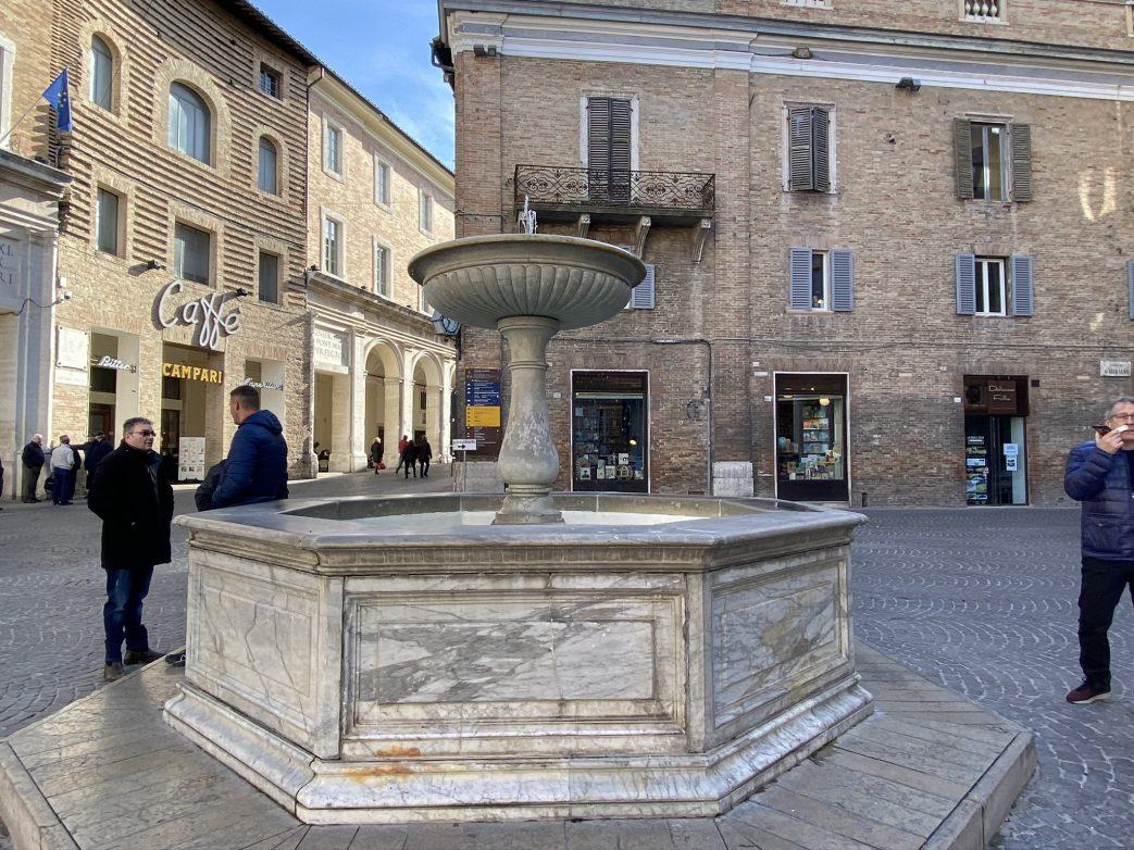 Auf dem Marktplatz von Urbino Foto: Weirauch
