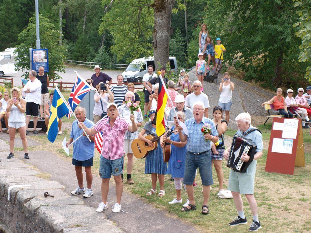Herzliche Begrüßung mit Blumen und Musik in Forsvik Foto: L.Bischoff