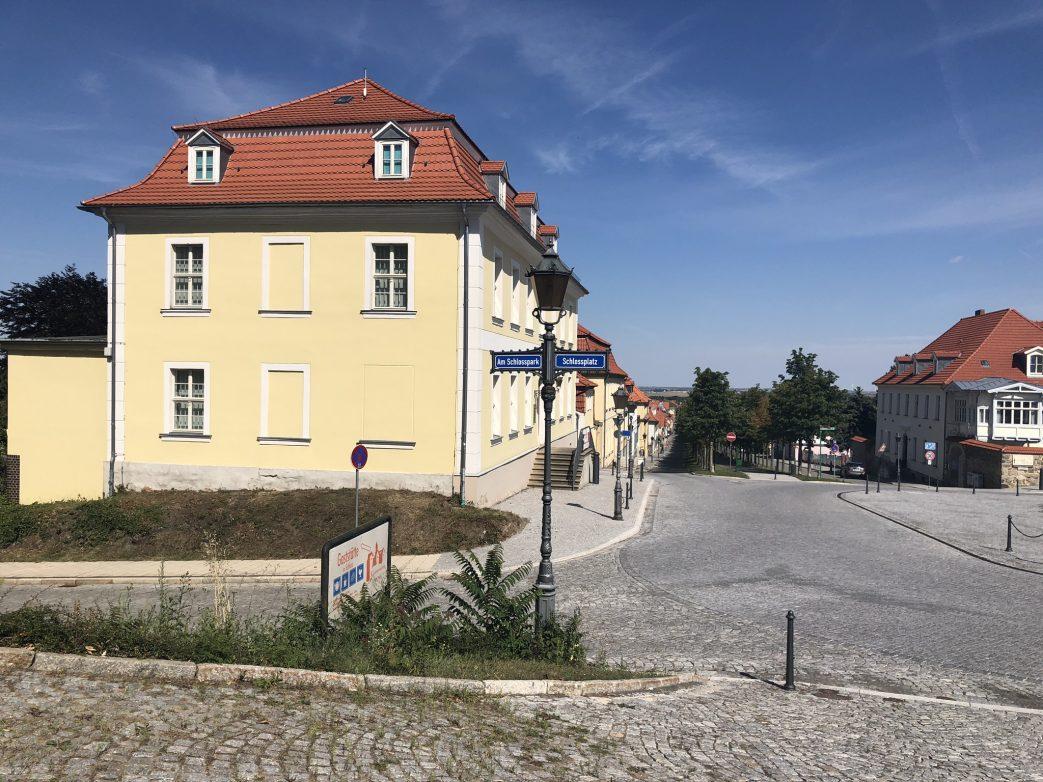 Schnurgerade ist die Schlossallee von Ballenstedt